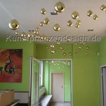 020_schwebende_kugeln_gold