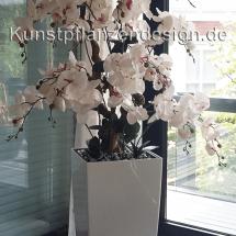 001_orchideenarrangement_im_gefaeß_weiß_glanz_40_40_75cm